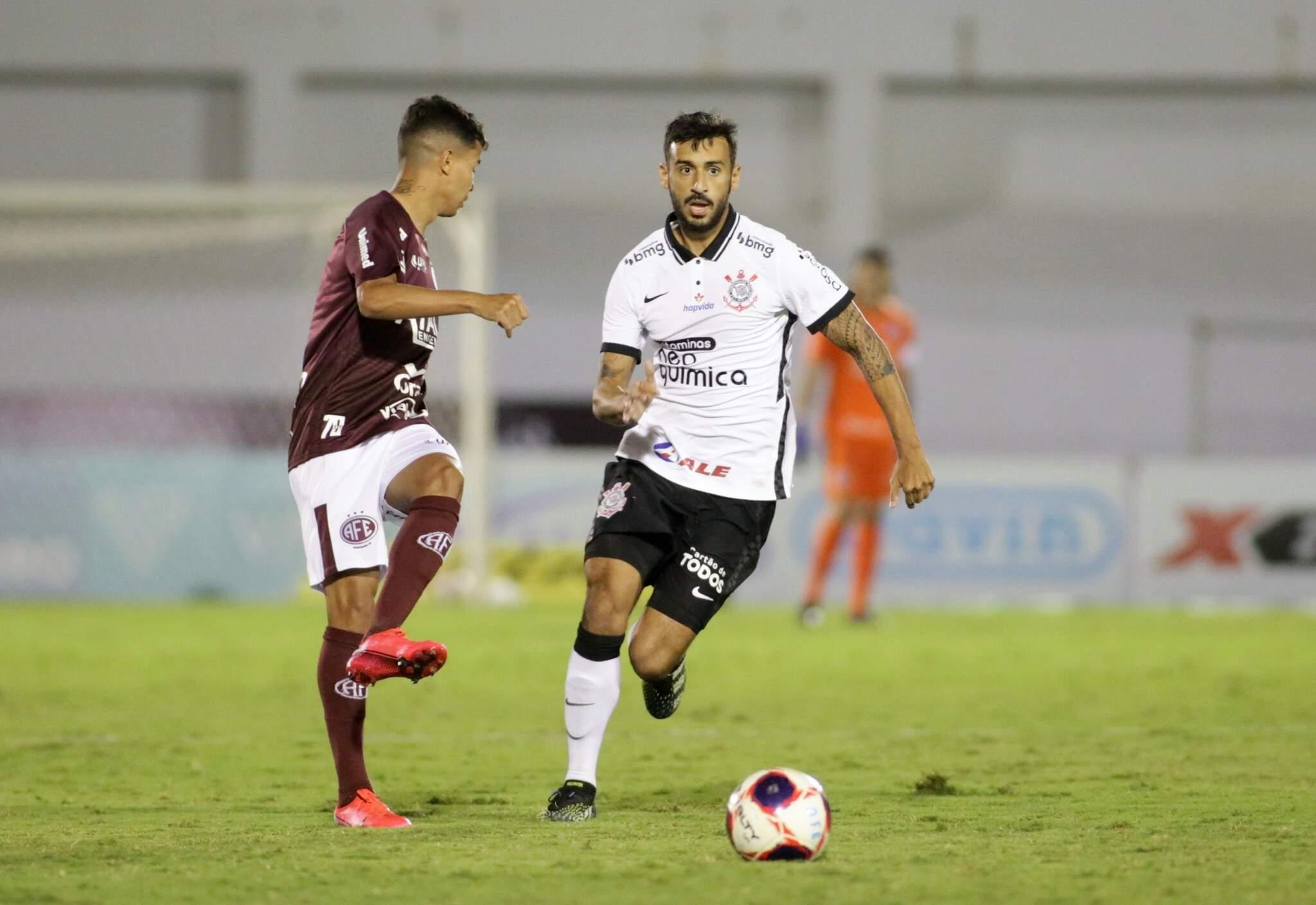 Disputa de bola durante a partida desta noite. (Foto: Rodrigo Coca/Agência Corinthians)