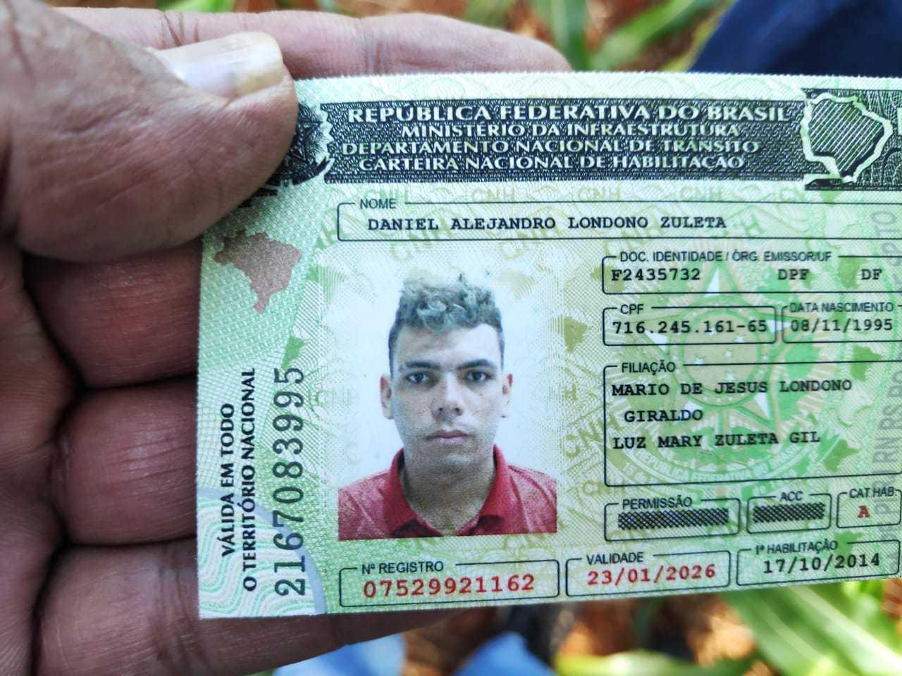 Carteira de motorista de colombiano encontrado morto hoje em Dourados (Foto: Adilson Domingos)