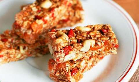 Com 6 ingredientes, barra de cereal feita em casa tem menos açúcar