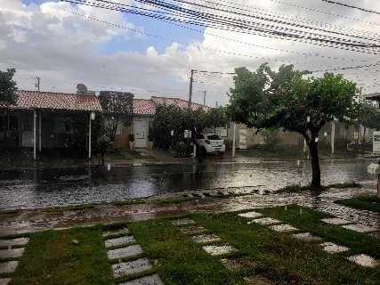 Previsão era de tempo seco, mas chuva voltou a aparecer na Capital
