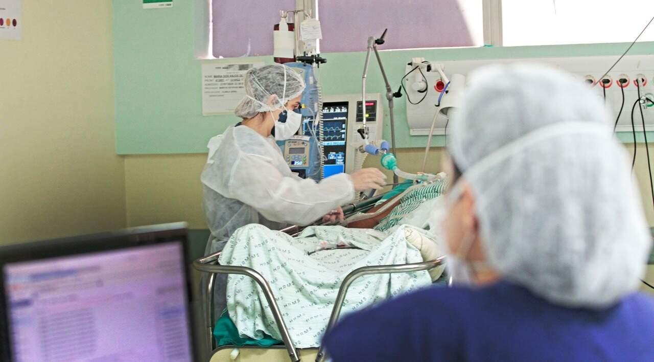 Paciente de covid-19 intubado em UTI no Hospital Regional de Mato Grosso do Sul (Foto: Saul Scharmm/Governo estadual)