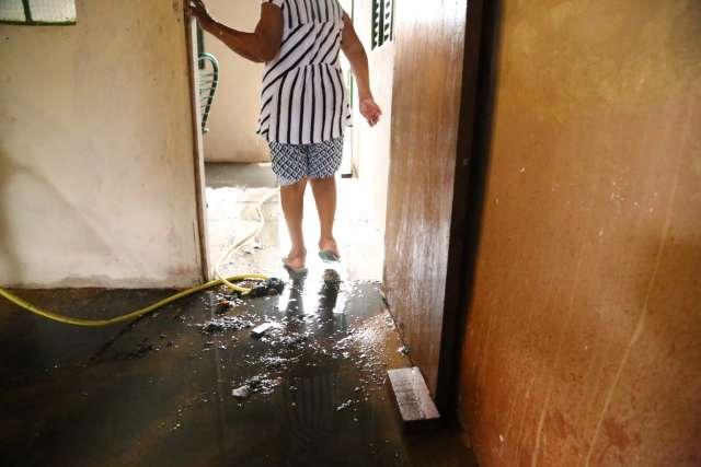 Encanamento não suporta força da água e esgoto inunda quarto