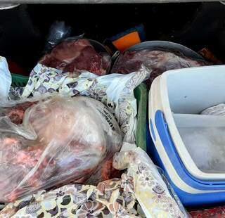 Carne estava em plásticos ainda em posse dos suspeitos (Divulgação/PMRioVerde)