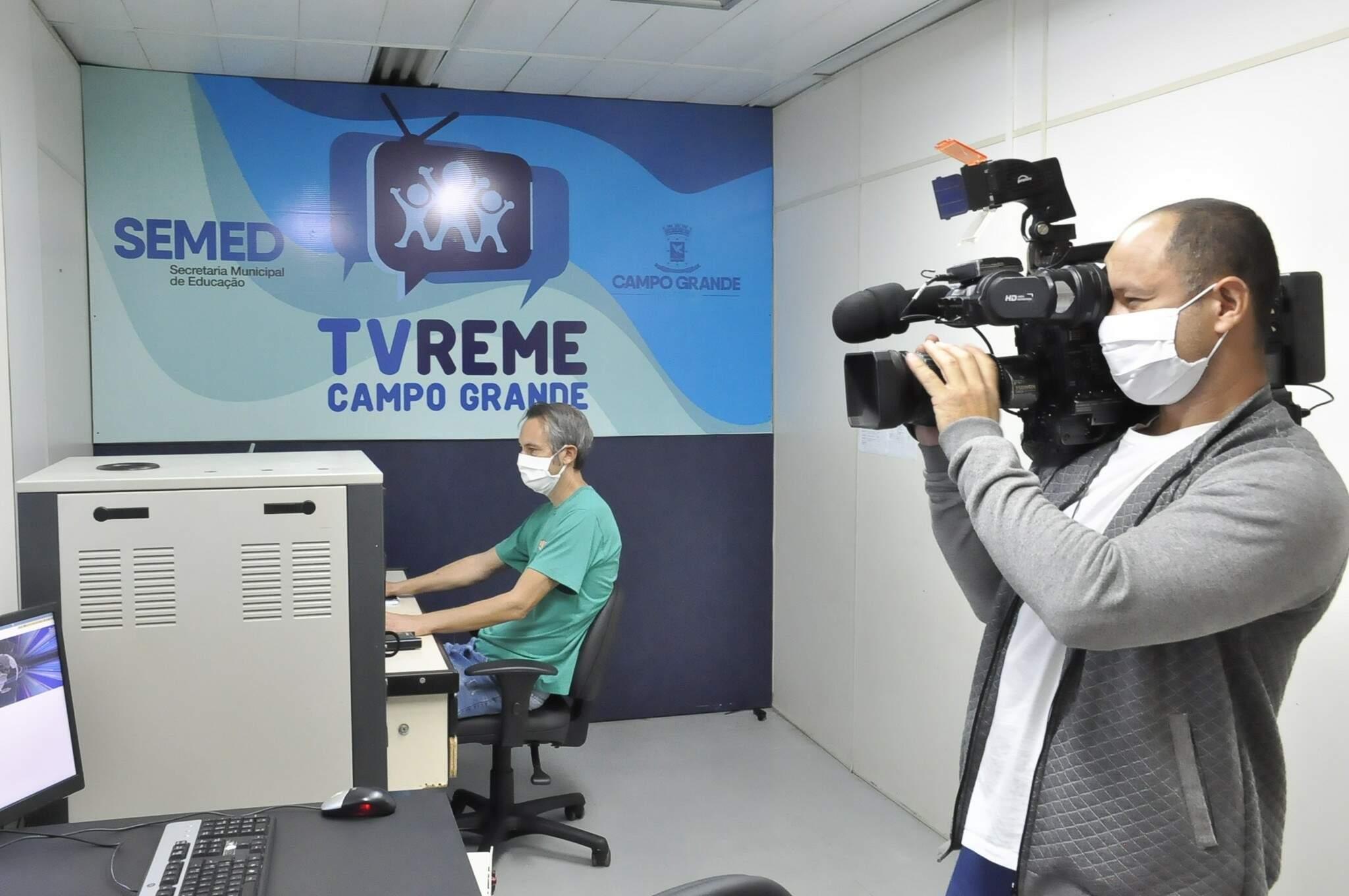 Estúdio da TV Reme, de onde são veiculados conteúdos para aulas remotas. (Foto: Divulgação)