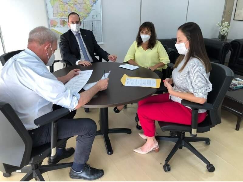 Ofício foi entregue ontem ao secretário estadual de Saúde. (Foto: Defensoria Pública)