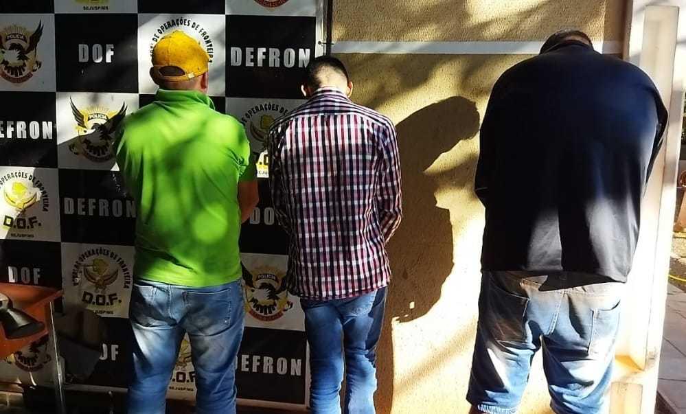 Traficantes sendo apresentados na delegacia. (Foto: Defron)