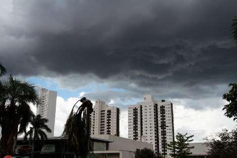 Tarde começa com chuva de granizo na Capital e alerta de tempestade para MS
