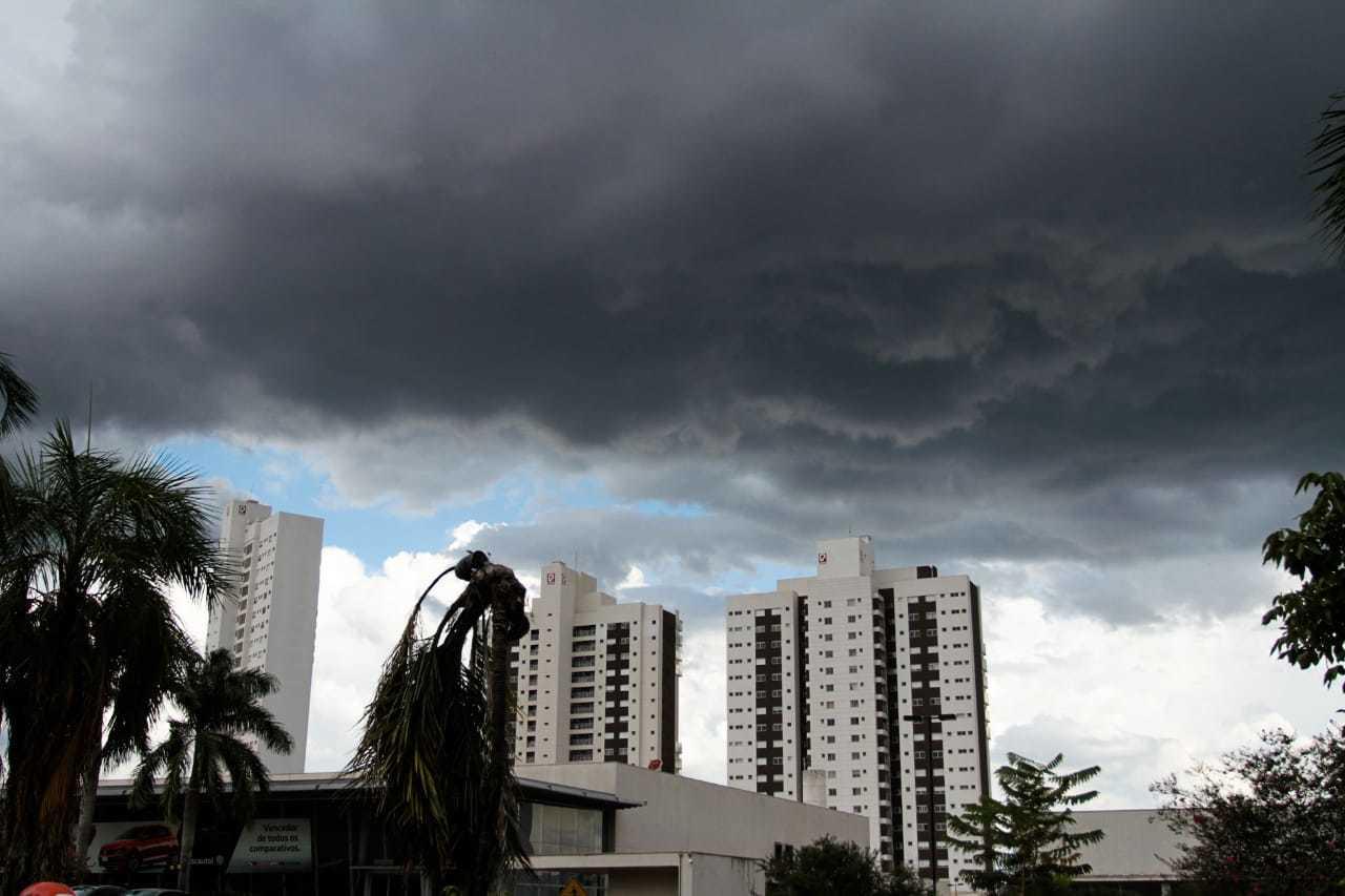 Céu ficou escuro pouco antes de começar a chover. (Foto: Marcos Maluf)