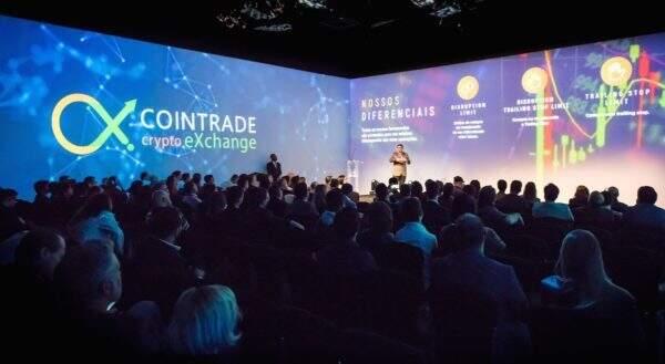 Lançamento de plataforma de criptomoedas durante evento em São Paulo.