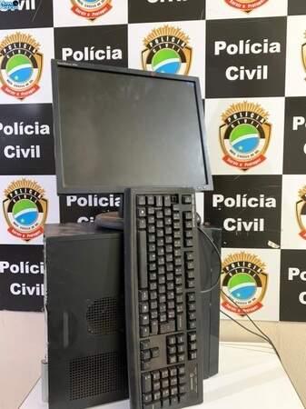 Computador que havia sido levado pelos adolescentes da escola. (Foto: Nova Notícias)