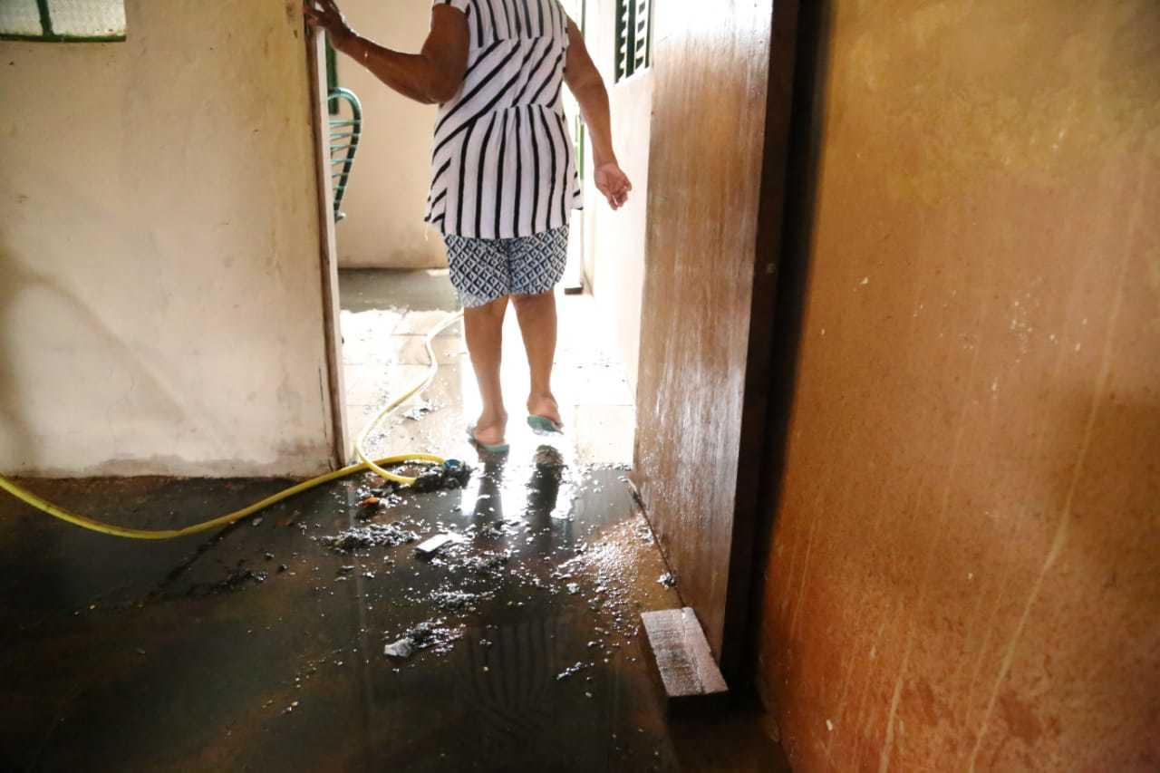 Quarto tomado por esgoto, em residência na região do Bairro Moreninha; móveis foram atingidos pela água suja (Foto: Kísie Ainoã)