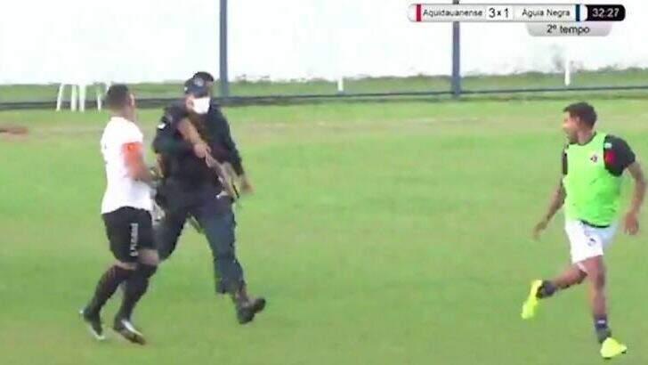 Momento em que a Polícia Militar precisou intervir na partida (Foto: Reprodução)