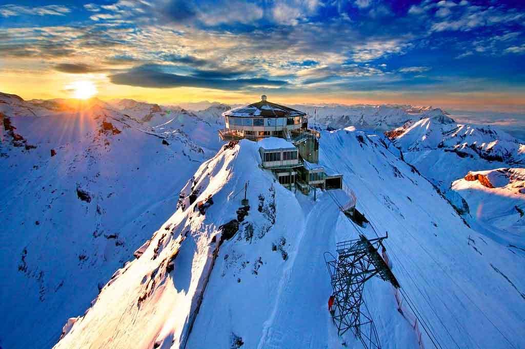 Formados pelas Cordilheiras da Europa, os Alpes são as montanhas cobertas de neve mais famosas do mundo (Foto: Reprodução)