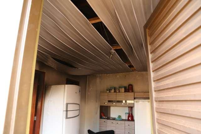 Fogo em quitinete destrói forro, móveis e TV na Moreninha