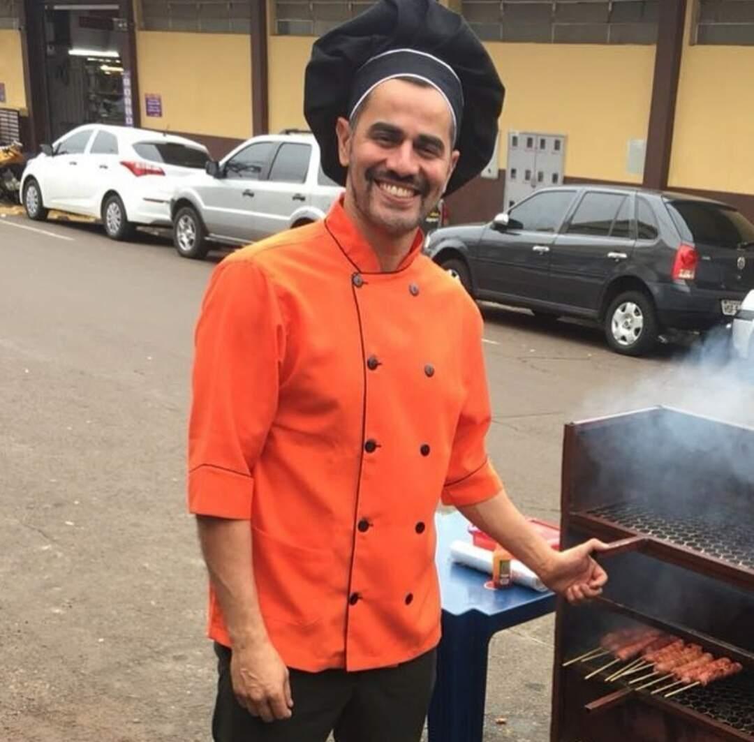 Serginho é o cara das chipas e espeto que fez boa ação recompensada: ganhou propaganda viral (Foto: Arquivo Pessoal)