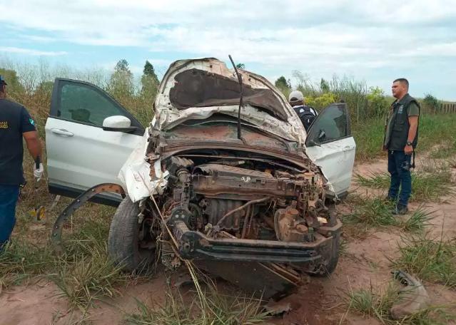 Frente da picape ficou destruida após colisão com motocicleta (Foto: Sidney Assis)