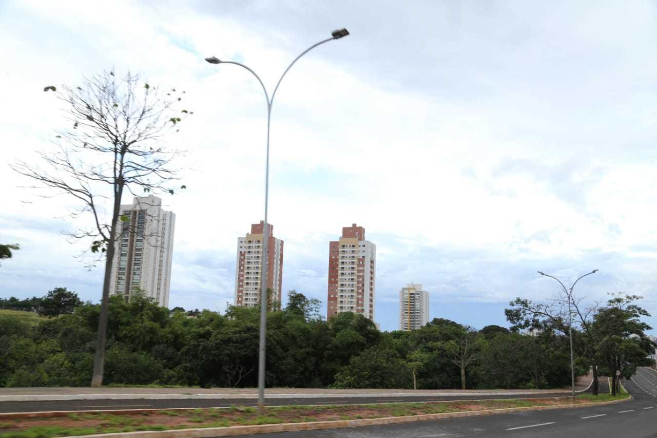 Dia amanheceu nublado em Campo Grande (Foto: Kisie Ainoã)