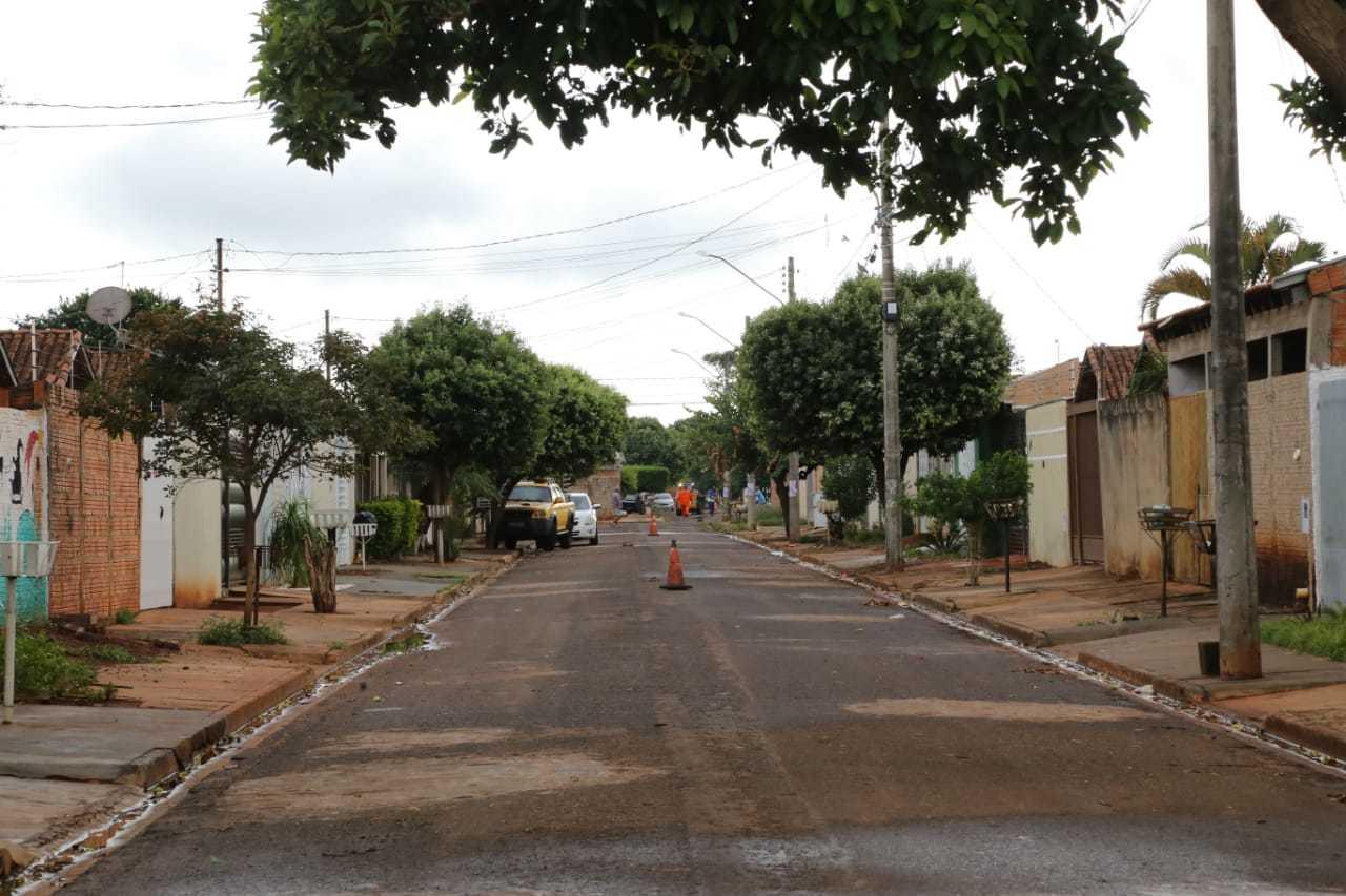 Rua onde fuzilamento aconteceu ficou vazia na manhã deste sábado (Foto: Kisie Ainoã)