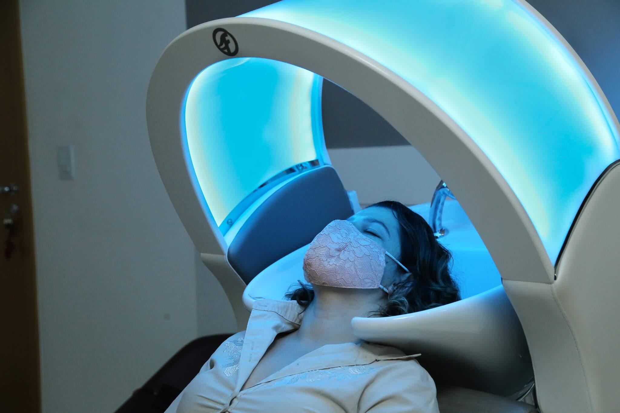 Cromoterapia vem trazendo avanços e satisfação às clientes que buscam reconstrução capilar. (Foto: Kísie Ainoã)
