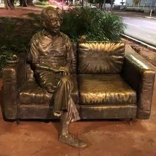 """Não é poesia: estátua de Manoel de Barros """"acordou"""" sem um dos pés"""