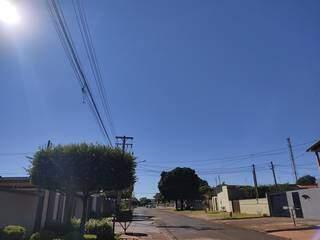 Terça-feira é ensolarada em Dourados, apesar da menor temperatura do ano (Foto: Helio de Freitas)