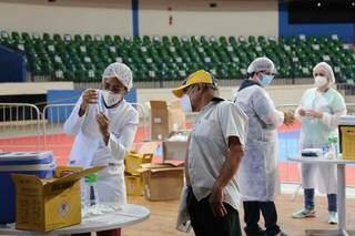Doses são aplicadas no Ginásio Guanandizão, em Campo Grande (Foto: Paulo Francis/Arquivo)