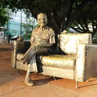 Até novo endereço é cogitado para estátua de Manoel de Barros