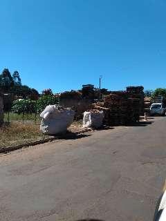 Moradores das Moreninhas reclamam de pallets amontoados na calçada