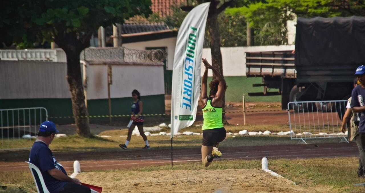 Atleta local em competição de salto que contou com o apoio da Fundesporte, em Campo Grande (Foto: Arquivo/Divulgação)