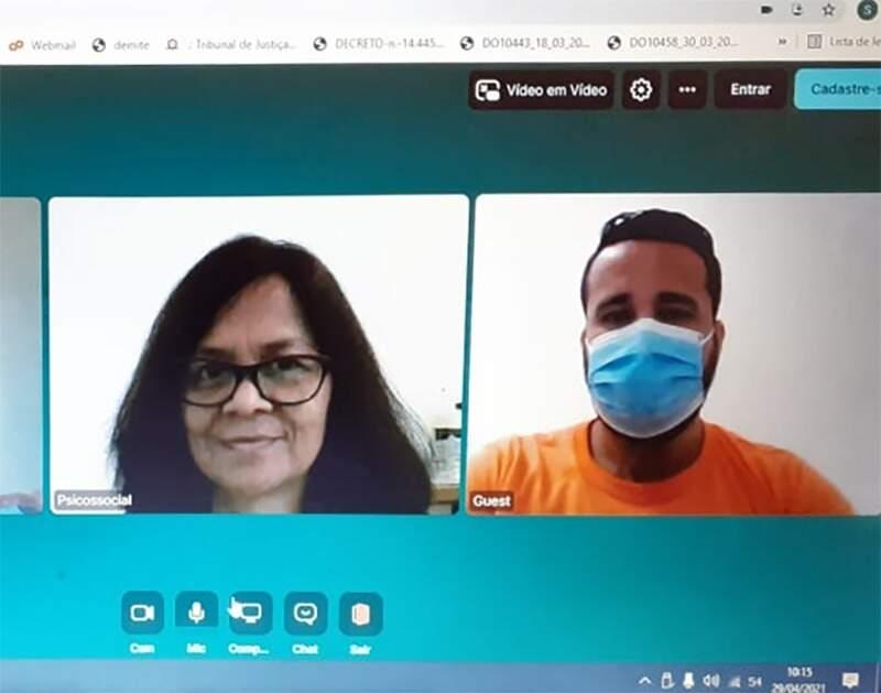 A psicóloga Tânia Hardem (esq) acompanha as visitas virtuais, prestando informações sobre o tempo restante de conversa (Foto/Reprodução)