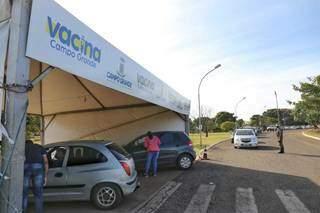 Pcocura pela vacina ainda era pequena na manhã desta sexta-feira (30) no drive-thru do Parque Ayrton Sena. (Foto: Paulo Francis).