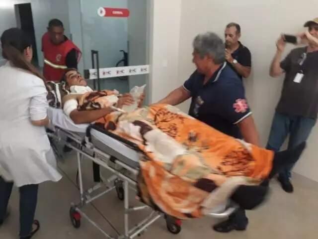 Momento em que o genro de Dirceu Lanzarini chegava ao Hospital do Coração, em Dourados (Foto: Adilson Domingos/Arquivo Campo Grande News)