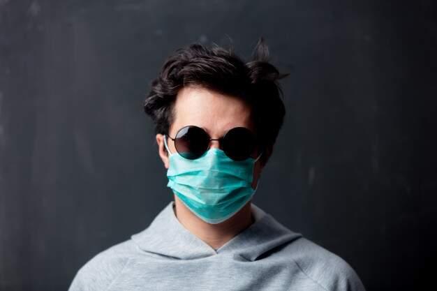 Homem com óculos escuro e máscara no rosto: disfarce ou rotina? (Foto: Reprodução)