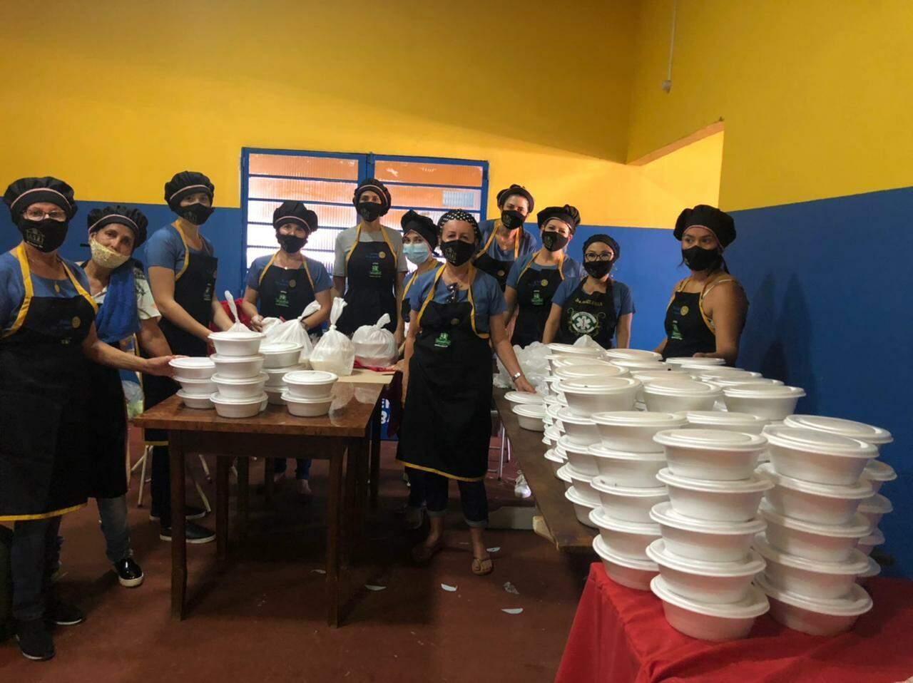 Integrantes do Rotary Club durante entrega na manhã deste domingo. (Foto: Hosana de Lourdes/Tudo do MS)