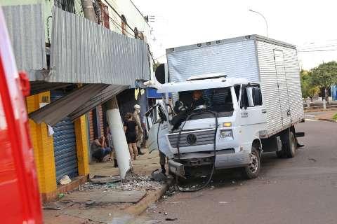 Segunda colisão em 24h na Ernesto Geisel derruba poste em sobrado