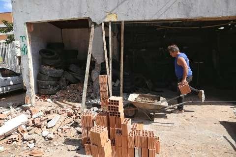 Dono de borracharia passa noite em claro e reconstrói muro com as próprias mãos
