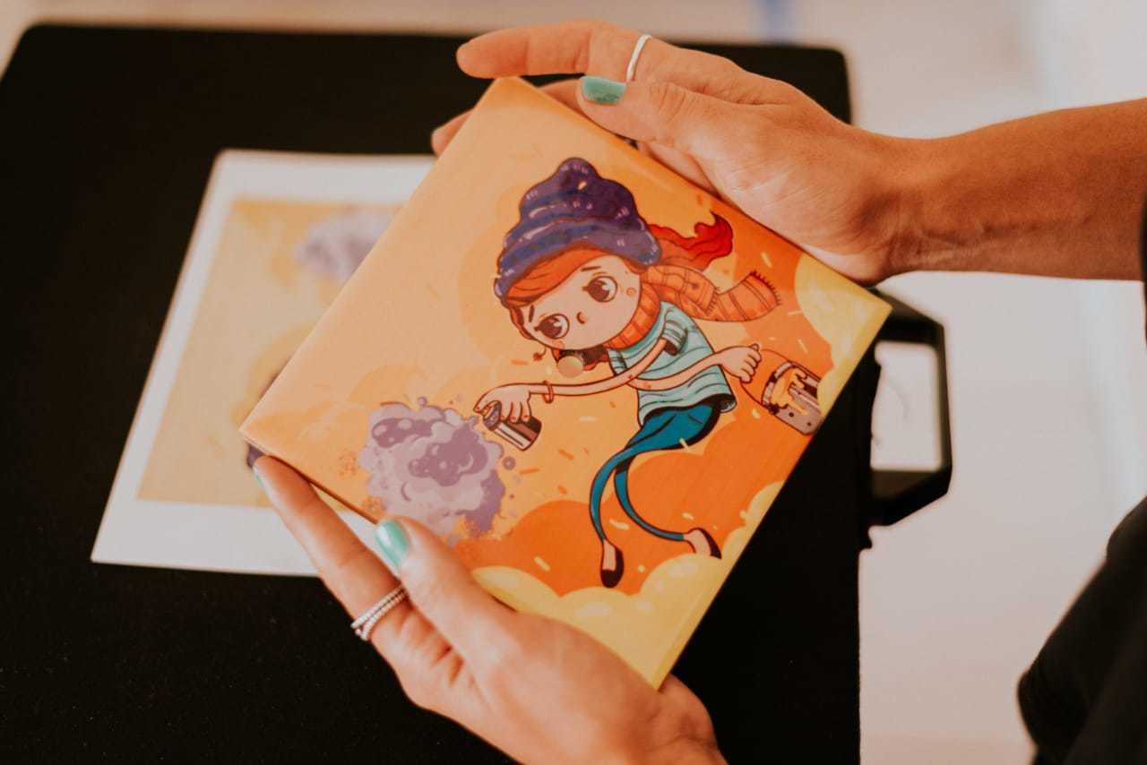 Com arte de Rafael Mareco, Lauren Cury colore azulejos que dão nova cara a qualquer ambiente. (Foto: Bruna Barbosa)