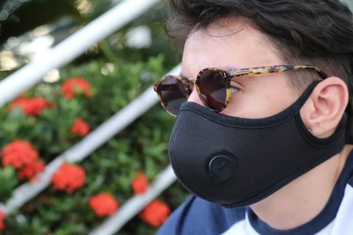 Homem usando másara e óculos escuro ao mesmo tempo (Foto: Kísie Ainoã)