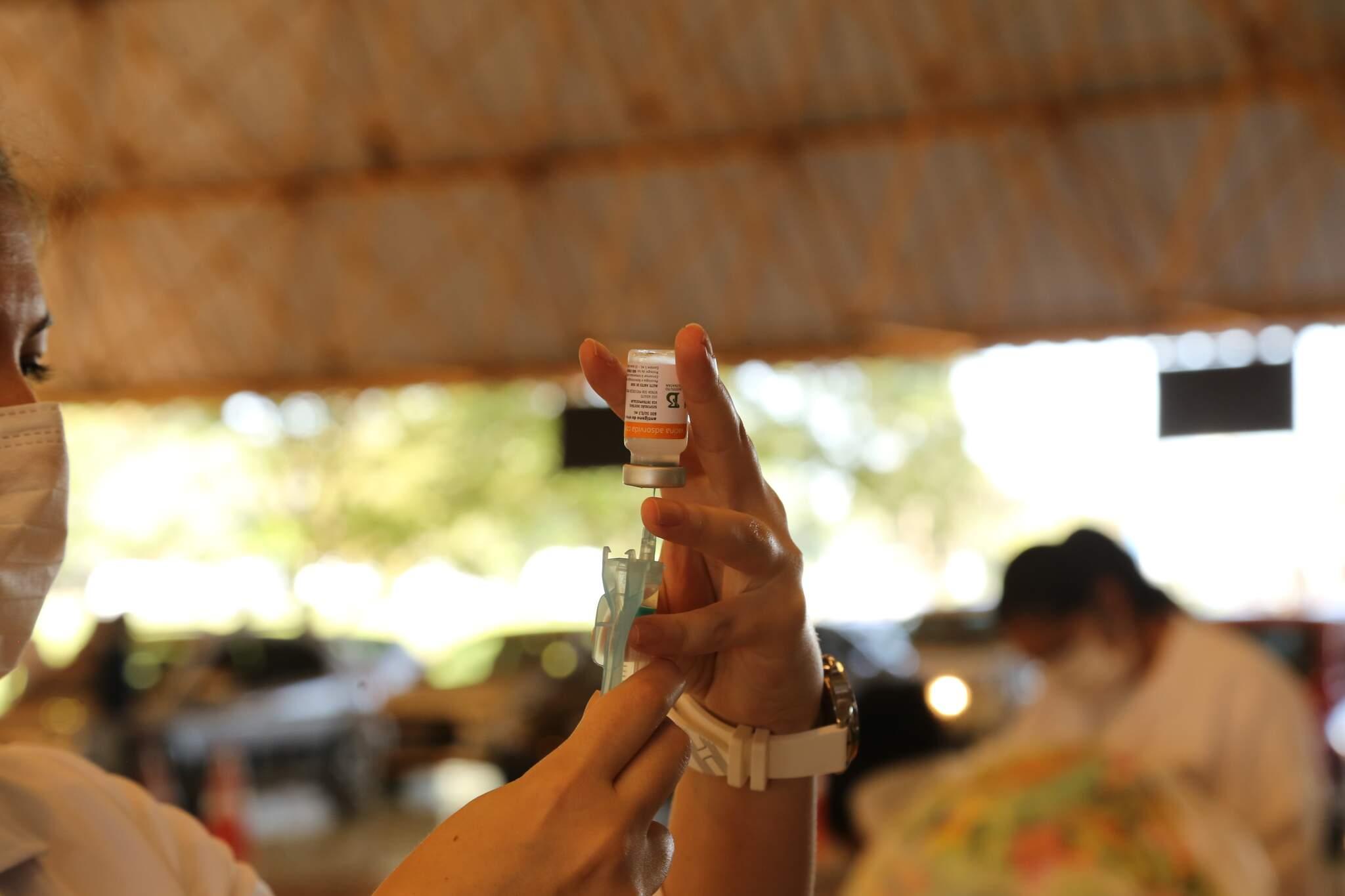 Dose da Coronavac sendo aplicada no Drive Thru do Parque Ayrton Senna, em Campo Grande (Foto: Kisie Ainoã/Arquivo)