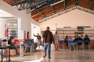 Escola Professora Maria Regina de Vasconcelos Galvão está sendo usada como acolhimento. (Foto: Paulo Francis)
