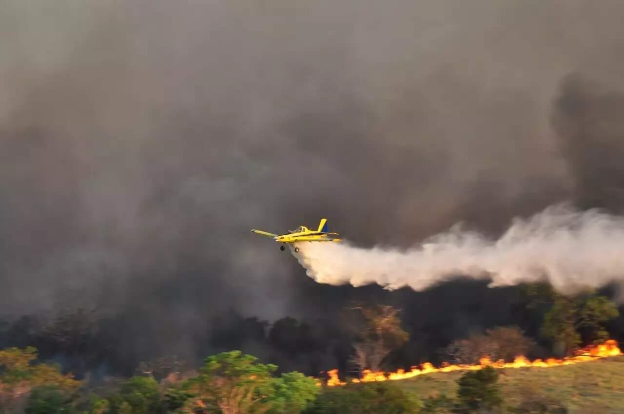 Aeronave lança jatos d'água para combater fogo que consumia área de preservação na região do Alto Taquari em 2020 (Foto: Imasul/Divulgação) Divulgação/Imasul)