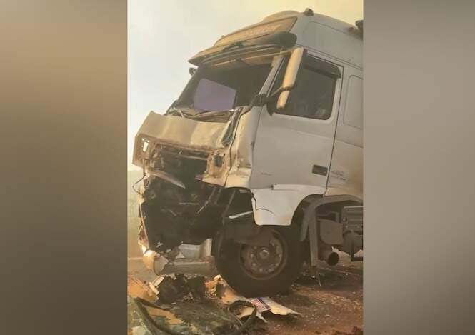 Frente de carreta ficou destruída após bate na traseira de outro caminhão (Foto: Reprodução)
