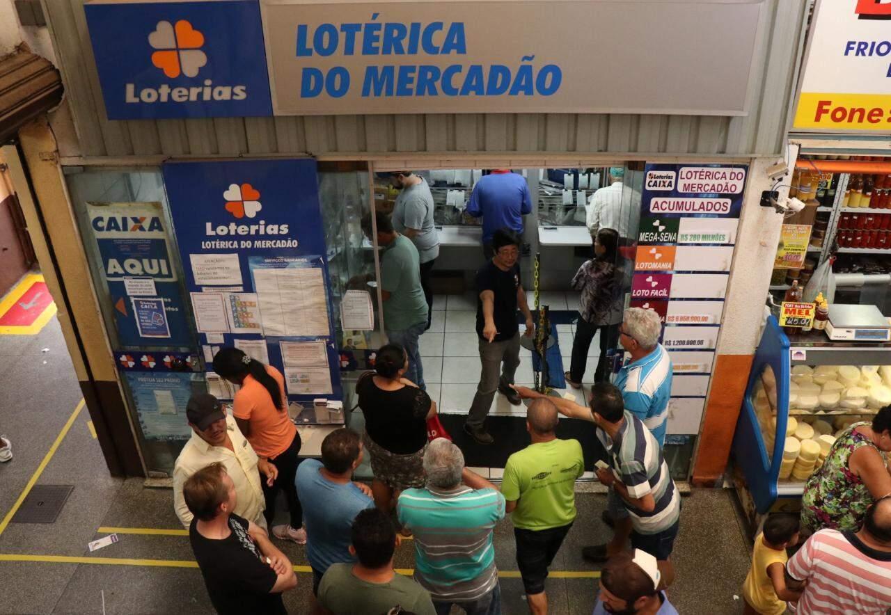 Movimento de clientes na lotérica do Mercadão. (Foto: Henrique Kawaminami)