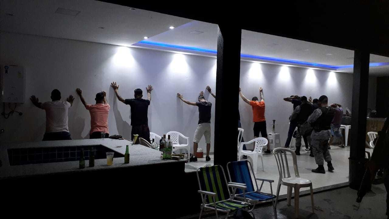 Abordagem em festa clandestina feita por equipe da PM. (Foto: Prefeitura de Três Lagoas)