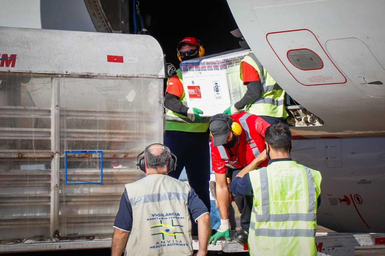 Vacinas referentes ao 17º lote chegaram nesta manhã no Aeroporto Internacional de Campo Grande (Foto: Henrique Kawaminami)
