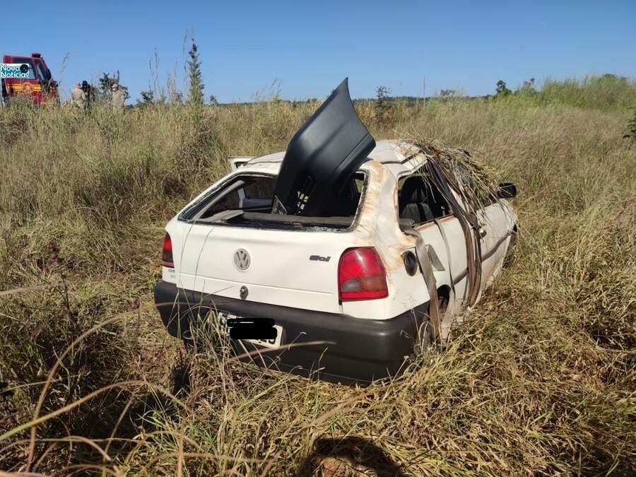 Veículo completamente destruído à margem da rodovia. (Foto: Reprodução/Nova Notícias)