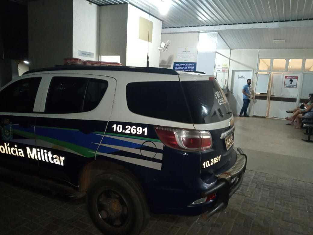 Viatura em frente ao Hospital Regional de Coxim fazendo a escolta do agressor (Foto: Sidney Assis)