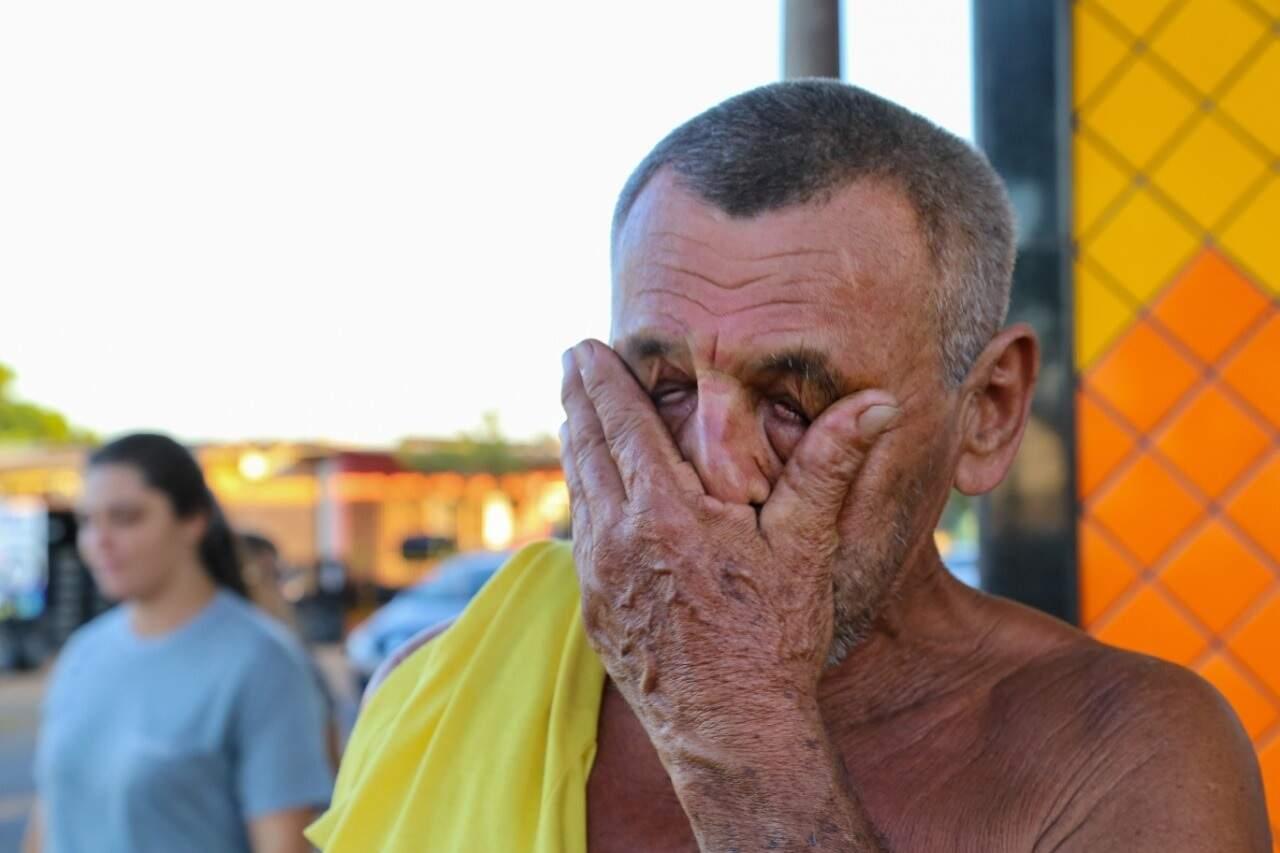 Antonino Nunes emocionado ao saber que João está vivo (Foto: Kísie Ainoã)