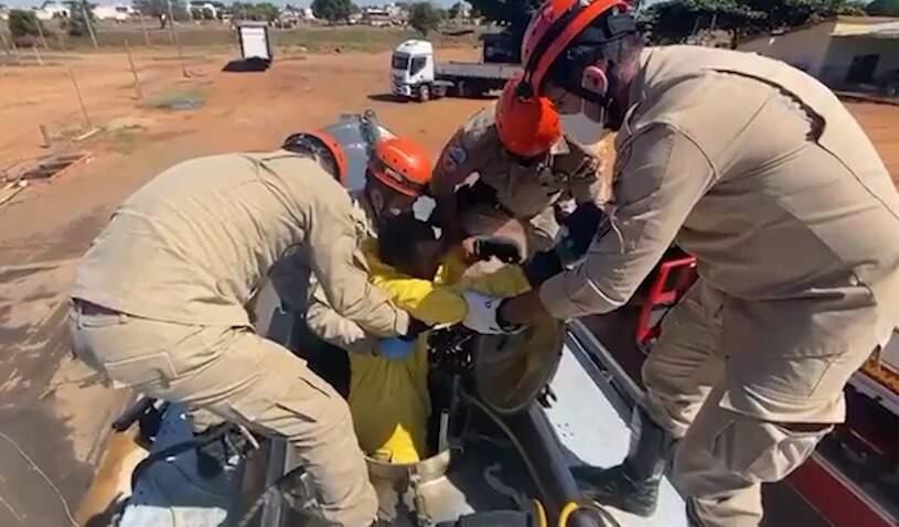 Uma das vítimas sendo resgatada pelos militares nesta manhã (Reprodução)