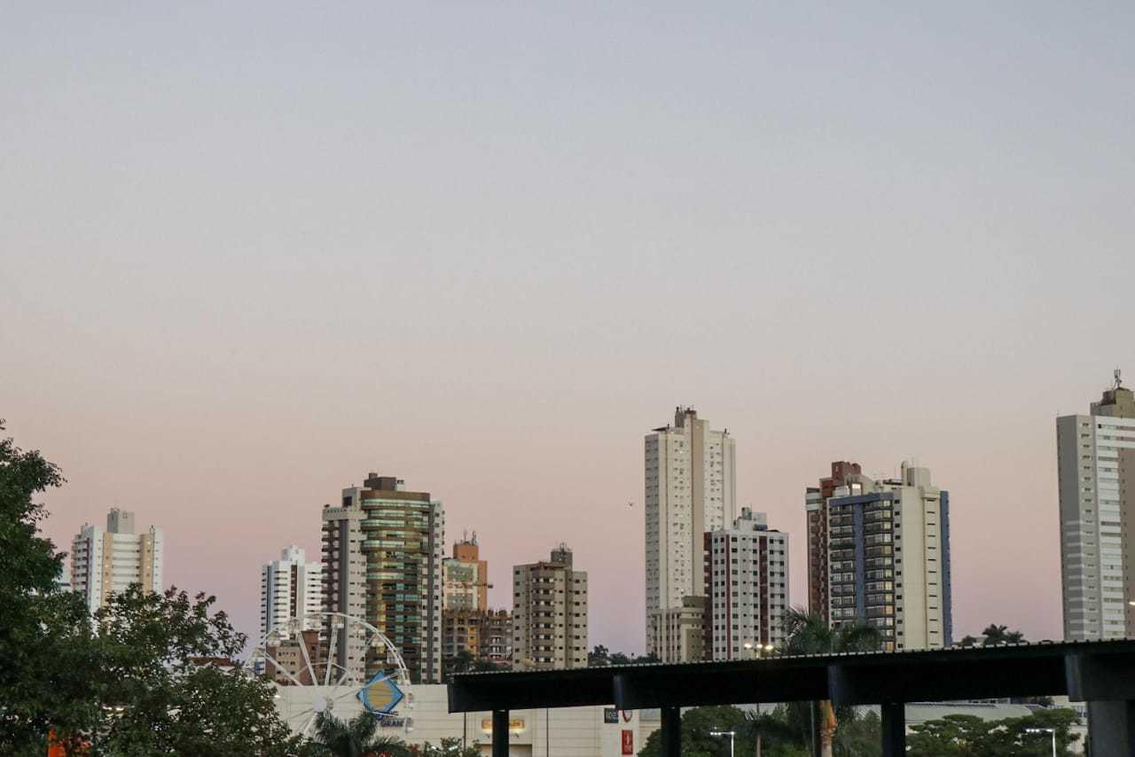 Capital amanheceu com céu limpo e deve continuar assim nesta terça-feira (Foto: Henrique Kawaminami)